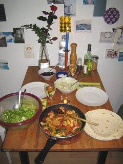 Fajitas mit Tortillas, Kidneybohnen, Sauerrahm und Guacamole